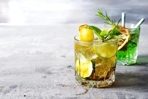 L'art du cocktail dans un verre short drink